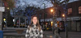 Eu, na praça fofa da Greektown, na Danforth Avenue