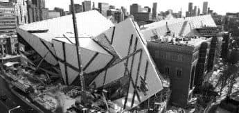 """Construção do ROM - edificação localizada na Bloor Street e """"criticada"""" por muitos (considerada um dos prédios mais feios da cidade)"""