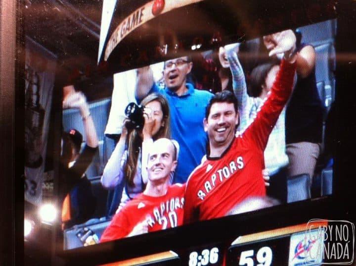 """Ta ai a fotinho com zoom... momento especial para meu marido e um dos seus """"colegas de basketball""""."""