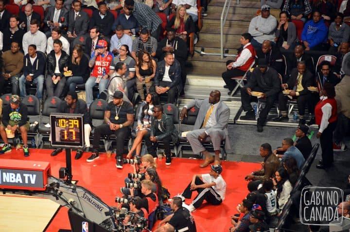Quem pode, pode! Shaq precisa de 2 seats na primeira fileira.