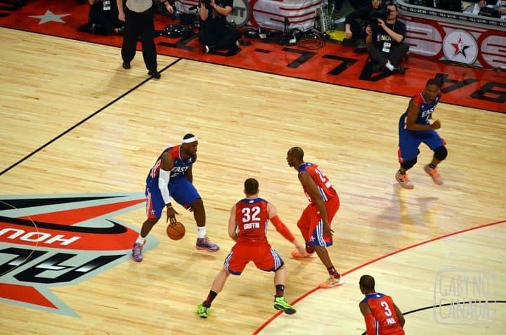 Kobe e Griffin tentando parar Lebron