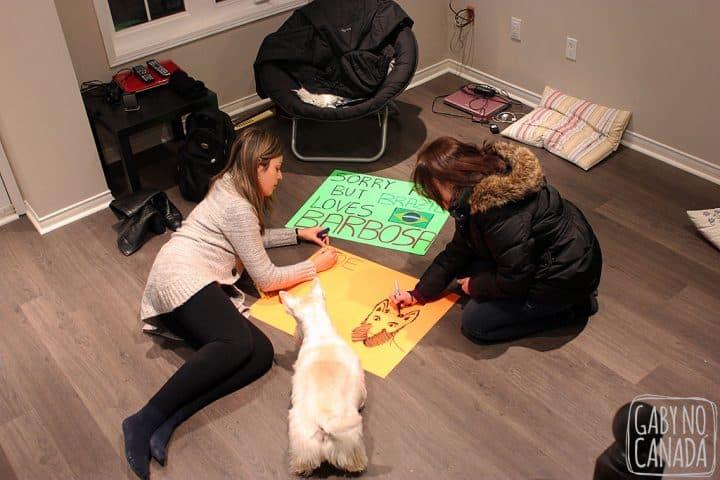Eu e Helena fazendo os cartazes e Joe supervisionando!