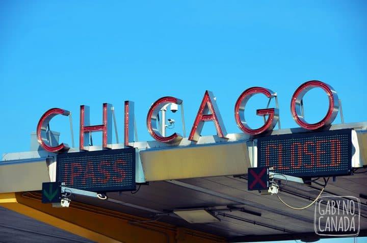Para entrar em Chicago você tem que pagar US$4 para passar pela Chicago Skyway Tool Bridge. E toda ponte que você passar, em qualquer viagem de dentro dos USA, você paga!