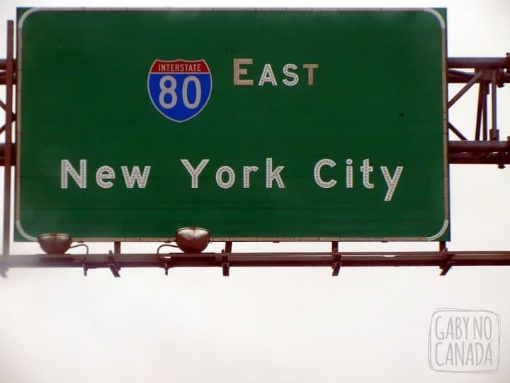 Quando você vê a placa que esta chegando te dá um alívio; mas quando você entra na ilha de Manhattan você se pergunta 2757439 vezes POR QUE você teve a feliz idéia de entrar em NYC de carro.