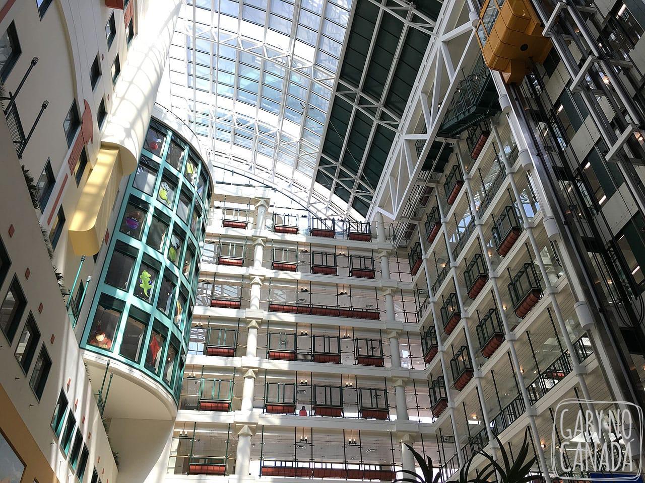 O vão central do Sick Kids Hospital de Toronto: parece um shopping ou um hotel.